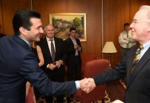 dr-scott-gottliebt-handshake-fda